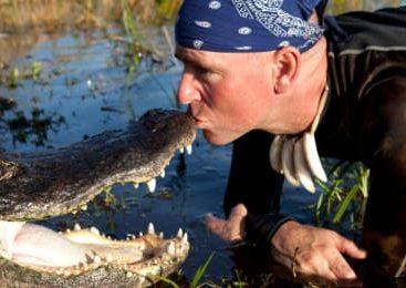 TUTTO VERO! Rischia la morte ogni giorno dormendo con un alligatore anti depressione!!